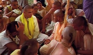 Sudama Maharaja preaches to devotees at ISKCON New Vrindavan, 1972.
