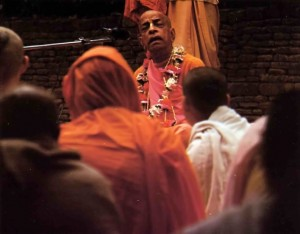 In the courtyard of the Radha Damodara temple, Srila Prabhupada teaches his disciples about Krishna, the Absolute Truth. Vrindavan 1974.