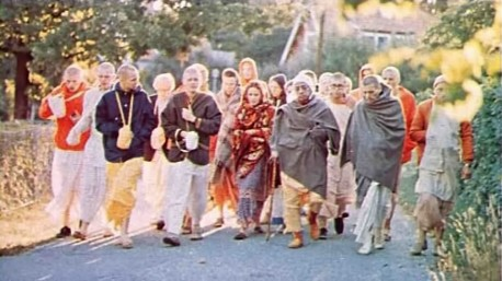 """The plants are standing still, while we are able to walk."" A pure devotee teaches his disciples to see Krishna's arrangement everywhere."