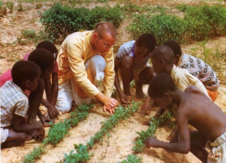 How plants grow--and how they can grow better--is the subject of this class on the Kilifi Hare Krishna farm in Africa.