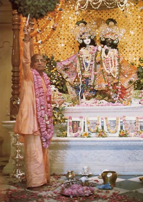 At high point of grand opening ceremony, Srila Prabhupada personally performs first offering to the Deities.