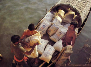 On a tiny boat devotees ban led th e Ganges for 8 hours to deliver 4000 kilos of rice .