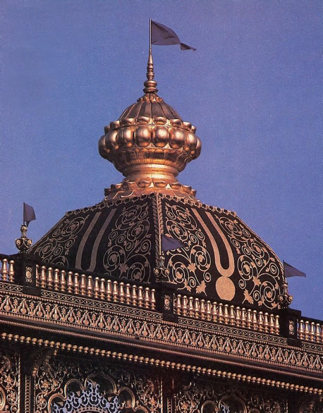 The goldleafed main spire is solid concrete and weighs 300 tons .