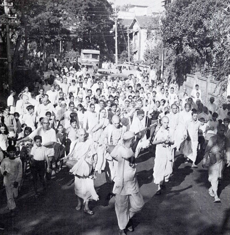 Wherever the devotees went in India they were favorably received by great crowds.