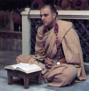 In ftuent Bengali, His Holiness Jayapataka Swami speaks to residents of Mayapur.